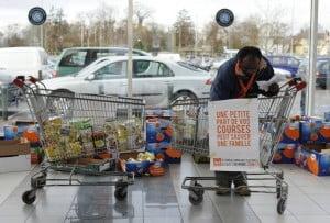 225623_un-benevole-de-la-banque-alimentaire-trie-des-denrees-offertes-par-les-clients-d-un-supermarche-d-illkirch-graffenstaden-lors-de-la-journee-de-collecte-annuelle-le-26-novembre-2010